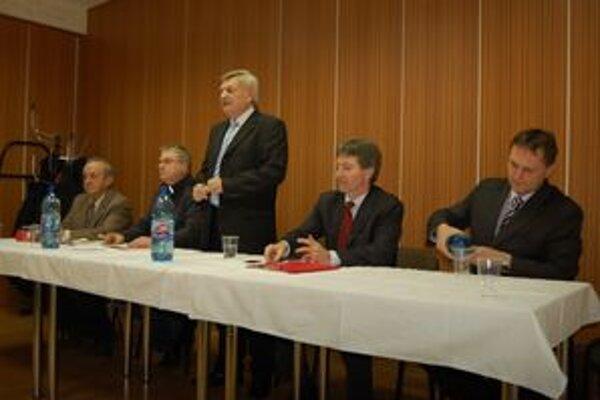Predseda SOFZ Jaroslav Švarc (v stoji) hodnotil obdobie dvoch rokoch.