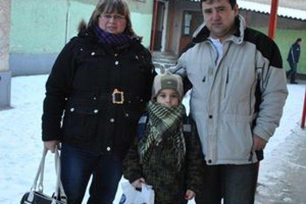 Borisko s rodičmi. Prvákom bude v ZŠ na Maurerovej ulici v Krompachoch.
