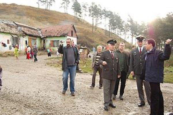 V osade. Kvôli kriminalite chudobných prišiel na Spiš aj minister D. Lipšic – na snímke vpravo. P. Bednár v rozhovore s ním na snímke vľavo.