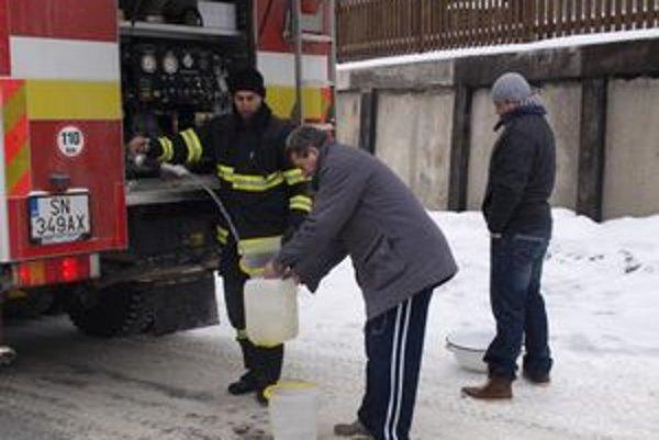 Voda z cisterny. Nepitnú vodu zatiaľ rozvážajú hasiči.