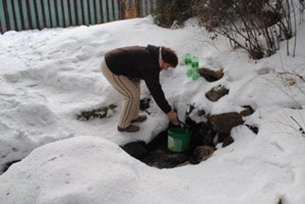 Prameň s vodou. Nosiť plné vedrá nebolo pre dôchodcov jednoduché.