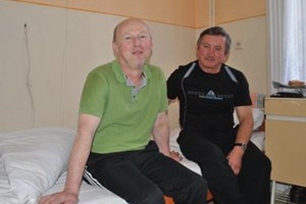 Využili právo voliť. Pacienti z neurologického oddelenia – zľava Ľubomír Ogurčák a Martin Gibala.