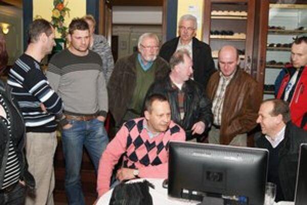 Volebná noc. Takto s napätím očakával tím M. Vilkovského (na snímke v strede) volebný výsledok. Ľavicový kandidát síce voľby vyhral, v 10. okrsku však stratil viac ako 220 hlasov