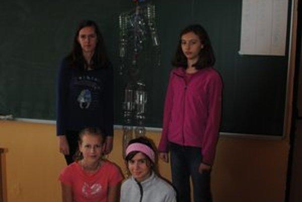Plastová kostra. Deti zhotovujú z použitého materiálu rôzne zaujímavé predmety, napríklad, aj takéhoto panáka z plastových fľiaš. Je to obdoba kostry, ktorú používajú ako učebnú pomôcku. Na snímke autorky Simona Sabovčíková, Dominika Novottová, Ľubica Pam