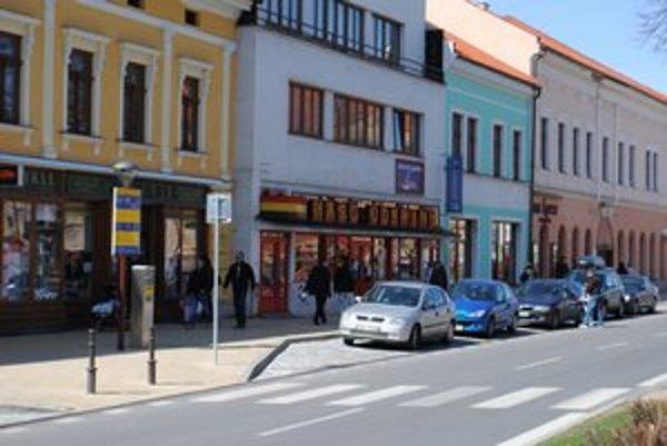 Spišská Nová Ves. V centre mesta platia motoristi za hodinu parkovania 1,40 eura. V zóne číslo dva, ktorá je mimo centra, stojí zase parkovanie 1 euro za hodinu.