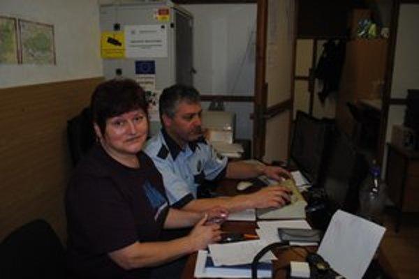 Mária Neupauerová. Na snímke s náčelníkom mestskej polície pri kamerovom systéme.
