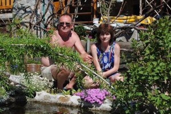 Manželia Šlejzákovci. Ich záhrada je zmesou exotiky.