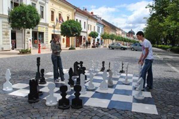 Silvia a Ján. Zmerali si sily na obrích šachoch.