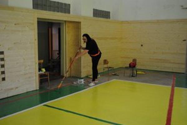Pracujú všetci. V pondelok podlahu v telocvični natierala zástupkyňa riaditeľa.
