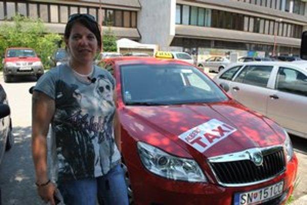 Adriana má dlhoročné šoférske skúsenosti. Taxikárčenie ju baví.