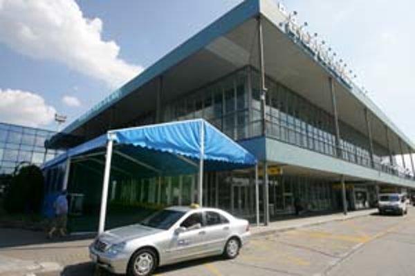 Počas minuloročnej turistickej sezóny muselo letisko z dôvodu nedostatočných kapacít postaviť stan.