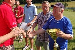 Víťazná trofej. Tréner Richnavy Ján Čižmárik (vpravo) s pohárom určeným pre víťaza súťaže.