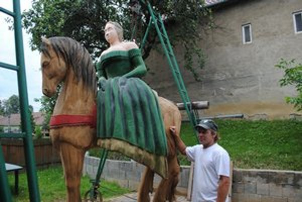 Mária Terézia. Panovníčka sa hrdo nesie na koni. Zdá sa, že v parku bude pôsobiť veľmi dominantne.
