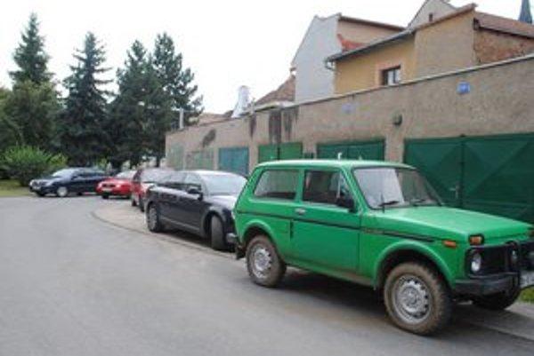Zaparkované autá. Blokujú vjazd i výjazd áut miestnym obyvateľom.