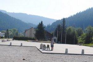 Obec Mlynky. Víta návštevníkov zrekonštruovaným námestím.