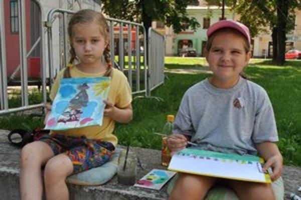 Patrícia s Lenkou. Sedemročné milovníčky umenia maľovali v mestskom parku.