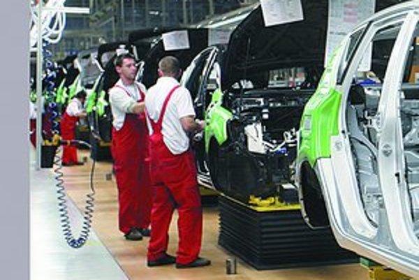 Najväčšie spoločnosti sa snažia udržať si zamestnancov aj po sezóne. Nezamestnaných preto pribudlo len 6–tisíc. Na obrázku pracovníci závodu Kia.