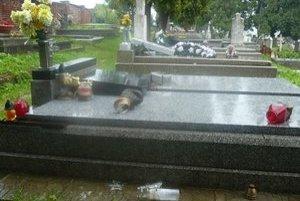 Poškodené hroby. Na takýto vandalizmus sa v meste nepamätajú.