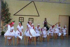 Práčky. Folklórne skupiny priniesli na pódium tradície našich predkov.