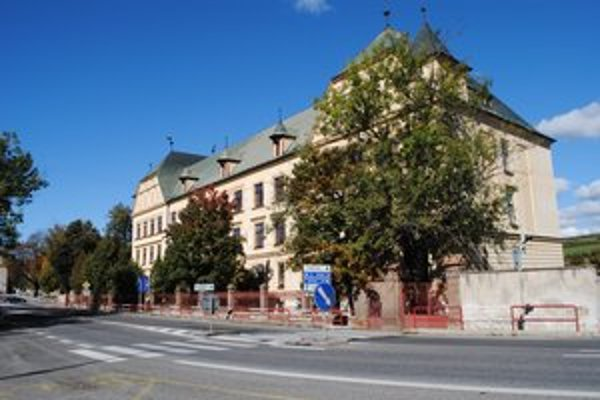 Základná škola. Tá na Námestí Štefana Kluberta sídli v historickej budove. Objekt preto museli zatepľovať zvnútra.
