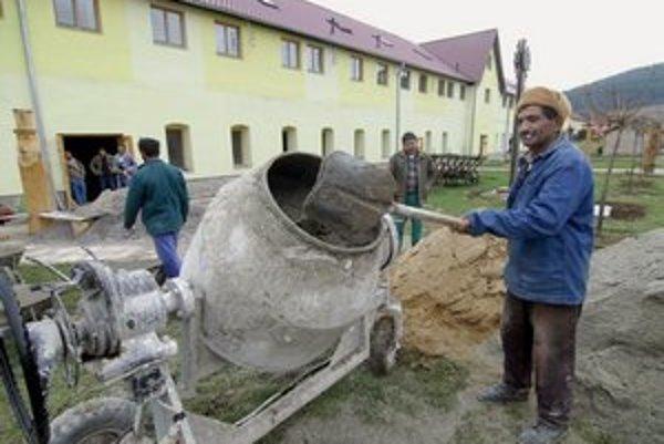Rómovia sa cez obecnú firmu podieľali aj na stavbe remeselného domu v Spišskom Hrhove.