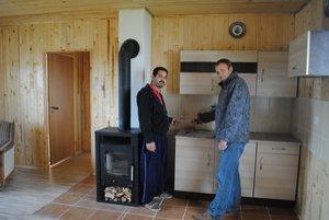 Ekologický dom. Má všetky štandardné podmienky na bývanie.