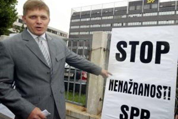 Aj takto vyzeral brífing strany Smer v roku 2005. Terajší premiér Robert Fico stojí pred budovou SPP. Celý text transparentu znie: Stop nenažranosti SPP a vlády.