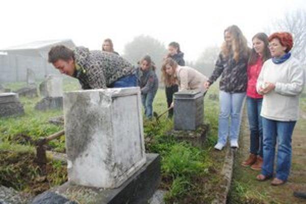 Čistenie židovského cintorína je spojené s prednáškou o histórii mesta.