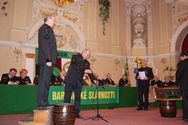 Skok cez kožu. Vyskúšal si ho aj V. Bauer (vľavo na sude), kmotrom mu bol V. Žiaran.