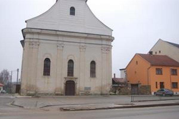Parkovacie miesta. Najnovšie pribudli pred evanjelickým kostolom na Mariánskom námestí.