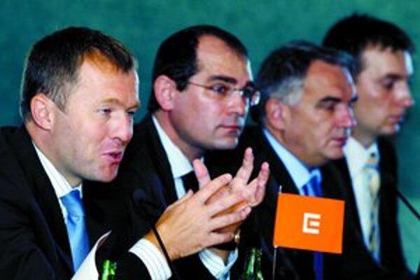 Generálny riaditeľ spoločnosti ČEZ Martin Roman (vľavo) by na okamžitom predaji akcií zarobil 677 miliónov českých korún. Spolu s ním aj ostatní členovia predstavenstva.