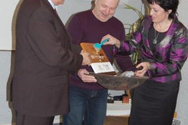 Knihu do života uviedli spišskonovoveský primátor Ján Volný, riaditeľ Mestského kultúrneho strediska Emil Labaj a Z. Krempaská.