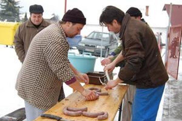 Majster. Ladislav (vľavo) so svojimi pomocníkmi pri príprave zabíjačkových klobások.