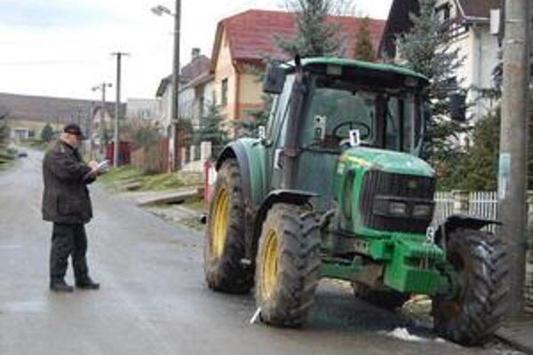 Traktor. Jeho úplnému zhoreniu zabránil včasný zásah.