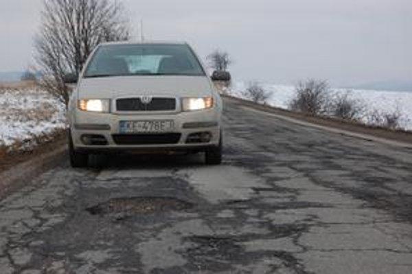 Samá diera. Už kilometer od Spišskej Novej Vsi cesta k Lieskovanom vyzerá takto.