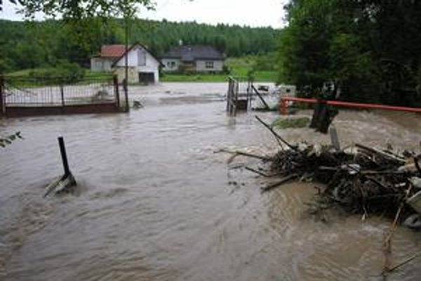 Vyliaty potok. Takto to vyzeralo pred domom K. Mikolajovej v júli v roku 2008. Holubnica sa vyliala a ničila majetok.