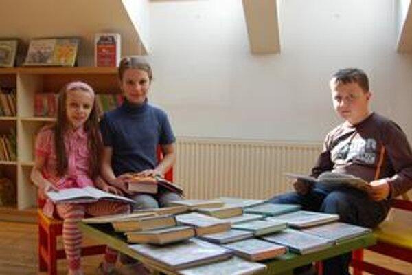 Školáci. Lucka, Lenka, Samuel, Peter (na snímke zľava doprava) sa už teraz tešia na budúcoročný čitateľský maratón.