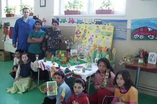 Výstavka. Chodbu školy v týchto dňoch zaplnili diela školákov s veľkonočnou tematikou.