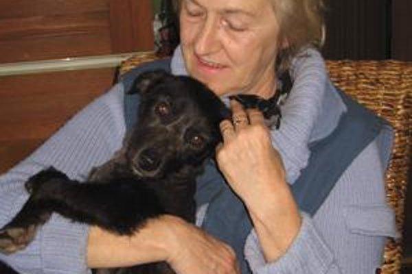 Černuľka. Odhodili ju do kontajnera, ujali sa jej dobrí ľudia, ktorí jej hľadajú nový domov. Na snímke E. Celecová. Kto má záujem o nájdeného psa, môže volať na telefónne číslo 0904 893 454.