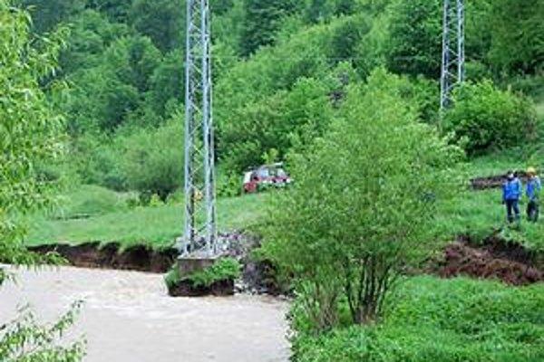 Slovinský potok. Elektrikári zabezpečujú podložie stĺpa.