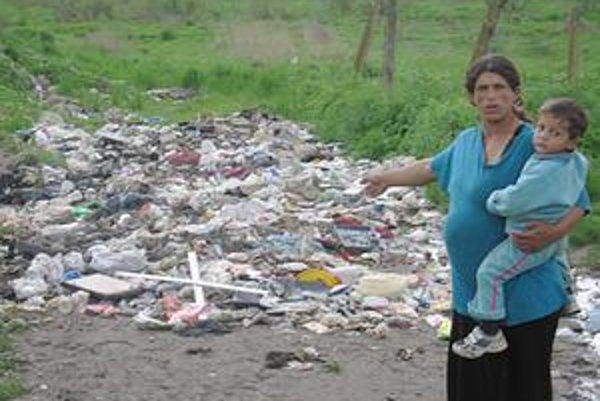 Smetisko. Osadníci sypú odpad do blízkosti domov, ku kontajneru je to asi ďaleko. Na snímke L. Horváthová.