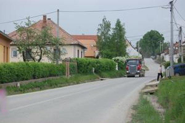 Prešovská ulica. O potrebe chodníka na tejto frekventovanej ceste sa hovorí roky. Stavať ho možno začnú v tomto roku.