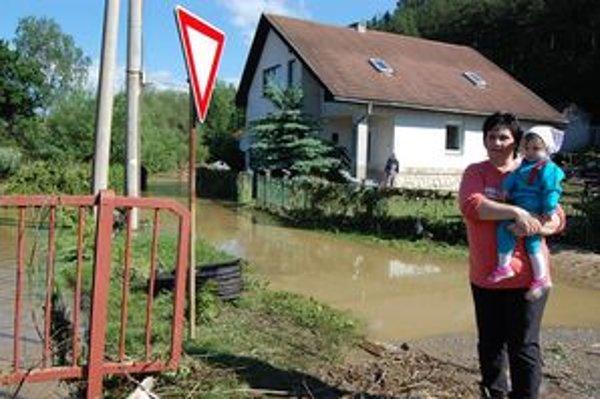 Zuzana s dcérou Barborkou. Jej rodinu voda uväznila v dome.