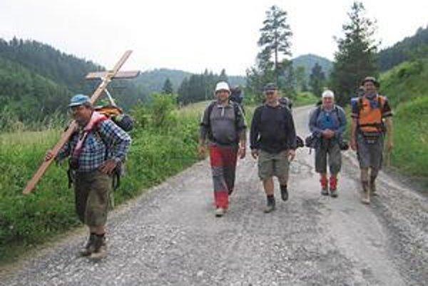 Pútnici. Na snímke s krížom je Ľuboš, povolaním sústružník. Martin je majster odborného výcviku. Igor pracuje ako učiteľ. Jozef je technik a Janko zase elektrikár.