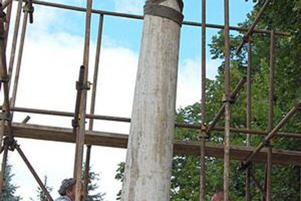 Travertínový stĺp. Osadili ho ako prvý, nasledovala socha Nepoškvrnenej Panny Márie.
