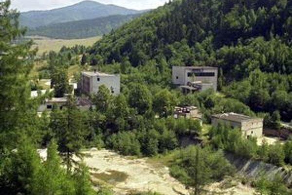 Pozostatky po ťažbe rúd sú najväčším problémom Sloviniek. Okrem rozkradnutých zvyškov banských areálov je problémom v obci aj voda z baní, ktorá sa do dediny valí po výdatnejších dažďoch. Kontrola ministerstva ukázala, že odkalisko bývalých Železnorudných