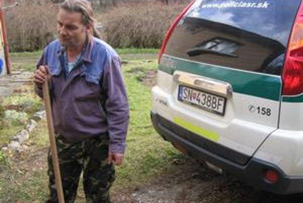 František Los. Včera spolu s policajtmi čistil v pivnici odpadové potrubie.