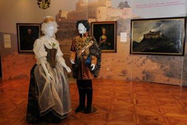 Figurína Levočskej bielej pani a grófa Štefana Andrássyho, v pozadí silueta hradu Krásna Hôrka sídla Andrássyovcov.