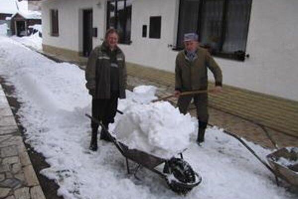 Juraj Midlík. Včera usilovne odpratával sneh.
