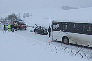 Smrteľná nehoda. Jeden z vodičov, 69-ročný, skonal na mieste havárie.